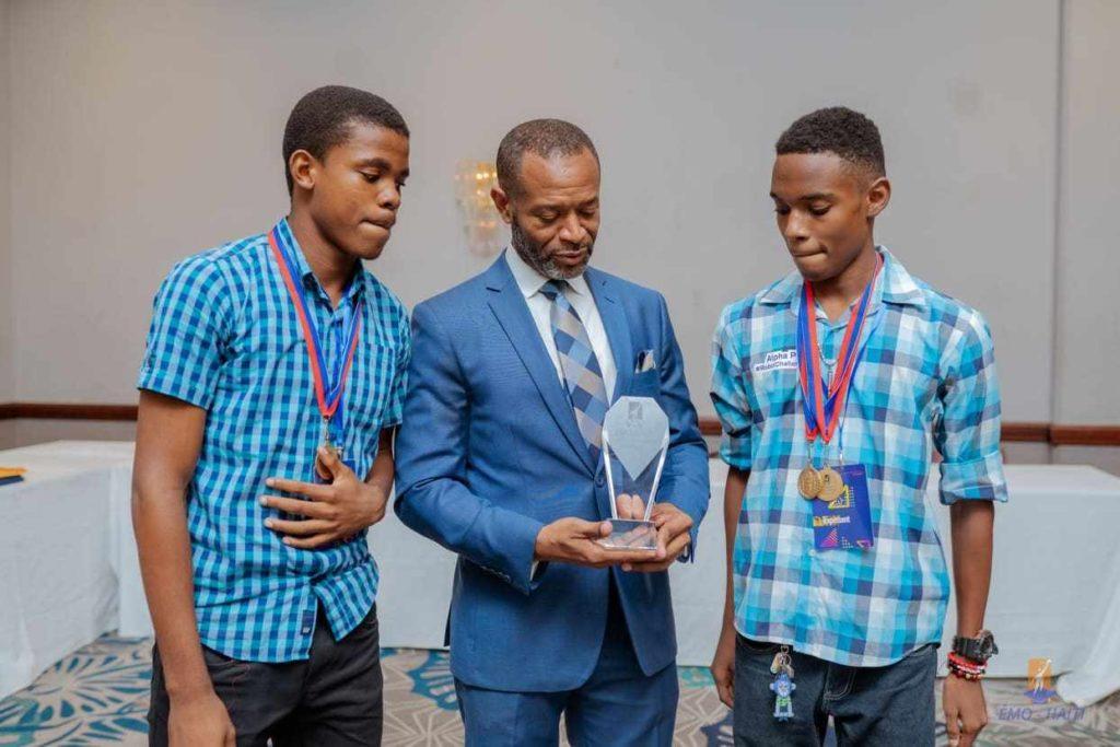 Ecolier haitiens champions d'un concours de robotique
